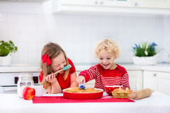 Kinder, die Apfelkuchen backen Lizenzfreies Stockbild