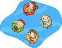 Kinder, die auf aufblasbare Ringe schwimmen Stockbilder