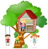 Kinder, die auf Baumhaus spielen Lizenzfreie Stockbilder