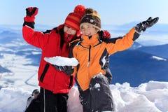 Kinder, die auf Bergspitze wellenartig bewegen Lizenzfreies Stockfoto