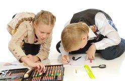 Kinder, die auf Boden zeichnen stockbild