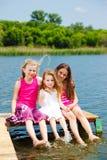 Kinder, die auf Brücke sitzen Lizenzfreies Stockfoto