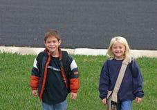 Kinder, die auf Bus warten Lizenzfreie Stockfotos