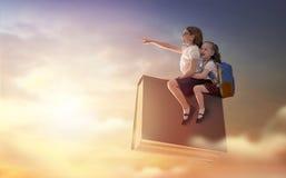 Kinder, die auf das Buch fliegen lizenzfreies stockbild