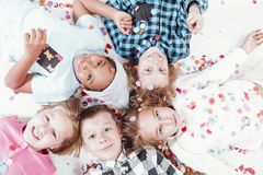 Kinder, die auf dem Boden liegen Lizenzfreies Stockbild