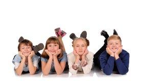 Kinder, die auf dem Boden liegen Lizenzfreies Stockfoto