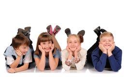 Kinder, die auf dem Boden liegen Stockfotografie
