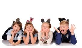 Kinder, die auf dem Boden liegen Lizenzfreie Stockfotografie