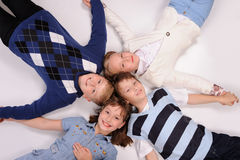 Kinder, die auf dem Boden liegen Stockfoto