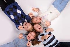 Kinder, die auf dem Boden liegen Stockfotos