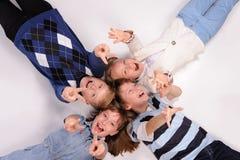Kinder, die auf dem Boden liegen Lizenzfreie Stockfotos