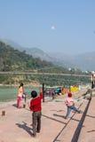 Kinder, die auf dem Damm von Fluss Ganga in Rishikesh, Uttarkhand, Indien spielen stockfoto