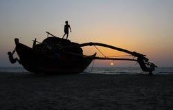 Kinder, die auf dem Fischerboot spielen lizenzfreie stockfotos