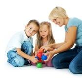 Kinder, die auf dem Fußboden spielen Stockbild
