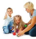 Kinder, die auf dem Fußboden spielen Stockfotos