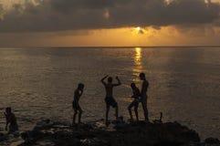 Kinder, die auf dem Malecon bei Sunse spielen lizenzfreie stockfotos