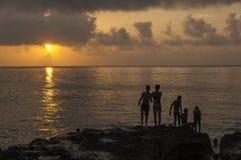 Kinder, die auf dem Malecon bei Sunse spielen lizenzfreies stockfoto