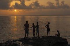 Kinder, die auf dem Malecon bei Sunse spielen stockbild