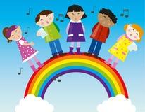 Kinder, die auf dem Regenbogen singen Stockfotografie