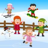 Kinder, die auf dem Schnee spielen Stockfotos