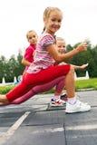 Kinder, die auf dem Stadionsausdehnen ausbilden Lizenzfreies Stockfoto