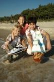 Kinder, die auf dem Strand spielen Lizenzfreie Stockfotografie