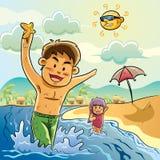Kinder, die auf dem Strand spielen Lizenzfreie Stockfotos