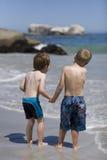 Kinder, die auf dem Strand spielen. Stockfotografie