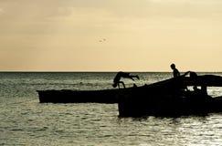 Kinder, die auf dem Strand spielen Stockbilder