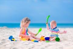 Kinder, die auf dem Strand spielen Stockfotos