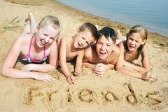 Kinder, die auf den Strand legen Lizenzfreie Stockfotografie