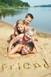 Kinder, die auf den Strand legen Stockfotos