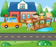 Kinder, die auf der Brücke vor Haus stehen Stockfotos