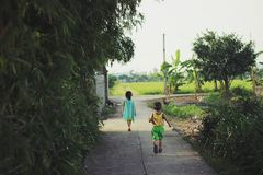 Kinder, die auf der Straße bei Ninh Binh, Vietnam - 20. August 2018 laufen stockbild