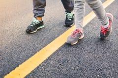 Kinder, die auf der Straße für Gesundheit laufen Stockfoto