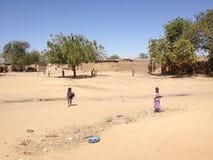 Kinder, die auf der Straße von Gaoui, N'Djamena, Tschad spielen Stockfotografie