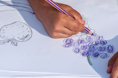 Kinder, die auf ein Weißbuch zeichnen Lizenzfreies Stockfoto
