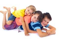 Kinder, die auf einander liegen Stockfotografie