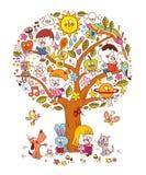 Kinder, die auf einem Baum lesen Stockfotografie
