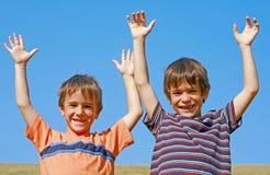 Kinder, die auf einem Hügel spielen Lizenzfreies Stockfoto