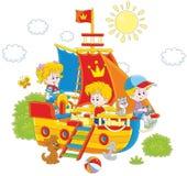 Kinder, die auf einem Schiff spielen Lizenzfreie Stockfotografie