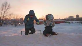Kinder, die auf einem schneebedeckten Hügel spielen Russland, UralJanuary, Temperatur -33C Langer Berührungsschuß stock video