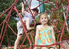 Kinder, die auf einem Spielplatz klettern Lizenzfreies Stockbild