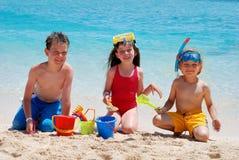 Kinder, die auf einem Strand spielen stockfotografie