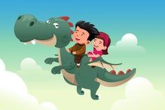 Kinder, die auf einen netten Drachen fahren Lizenzfreie Stockfotos
