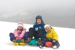 Kinder, die auf frischen Schnee schieben Lizenzfreies Stockbild