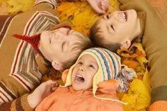 Kinder, die auf Gelb liegen Stockfotos
