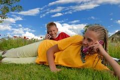 Kinder, die auf Handy sprechen Stockfotos