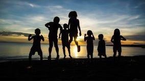 Kinder, die auf Insel-Strand ausüben lizenzfreie stockfotografie