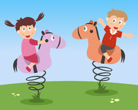 Kinder, die auf Kiddie-Fahrten spielen Stockfotos